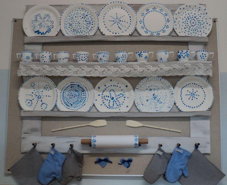"""Polička s """"originálním cibulákem"""" - polička z kartonu, plastové hrníčky a papírové talíře zdobené modrou akrylovou barvou pomocí vatové tyčinky, váleček z papírových ruliček a chňapky - ruční šití dětí"""