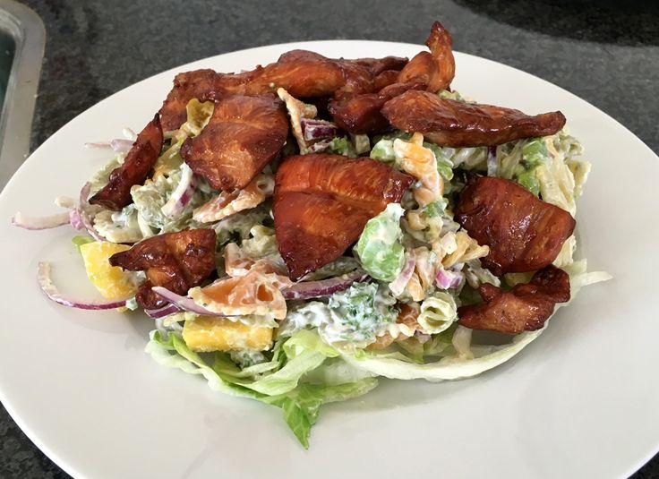 #Salade met gegrilde #kip, #pasta, #mango, #avocado met een #kwark-peterseliemengsel voor 4 personen. Supergezond & superlekker! #gezond #gezondeten #lekker #healthy #lunch #diner #avondeten #hoofdgerecht #peterselie