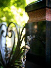 Гранитный цоколь и кованая ограда. Фото