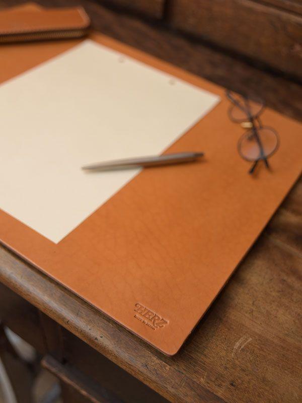 書斎を彩る一枚革仕上げのシンプルデスクマット「革鞄のHERZ公式通販」 デスクマット(KZ-100) イメージ