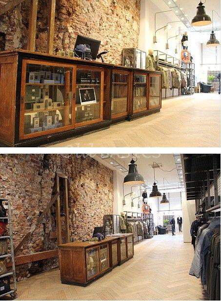 EEN PLAATJE! die grote oude brocante toonbank van Old BASICS bij Vic Fashion Brugstraat in Gronigen! Prachtige locatie en inrichting; waar de oude toonbank uit een apotheek enorm goed tot zijn rec ht komt! Stoer industrieel en toch een beetje brocante! Dus ook voor bijzondere meubels voor een winkel of horeca-gelegenheid kun je gerust naar Old BASICS: toonbanken, industrielampen, tafels, stoelen, boekenkasten en vitrinekasten: we hebben van alles! www.old-basics.nl