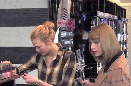 20 fatos que comprovam: Taylor Swift é a amiga que todo mundo sonha em ter  19. Vocês poderiam sair para fazer compras juntas Taylor é cheia de amigos, mas sempre consegue encontrar um tempinho especial para cada um deles.