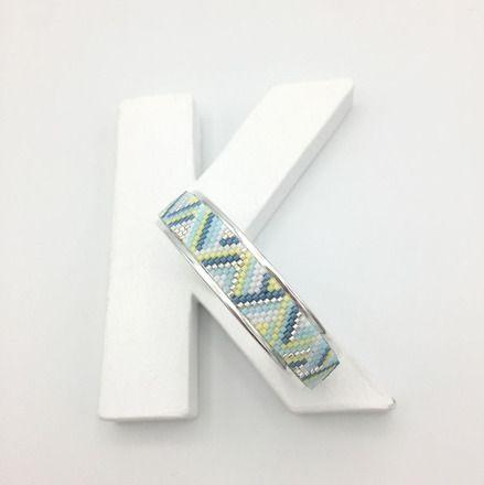 Bracelet tissé SPRING sur jonc argent, couleurs bleu, jaune et blanc  : Bracelet par kathlyn-bijoux
