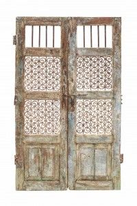 puerta antigua con celosia