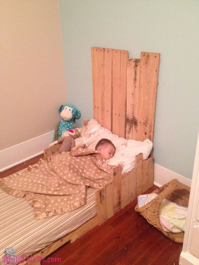 the pallet beds are economical and easy to make at the home toddler pallet bed is great idea for the people who want to get the economical and beautiful
