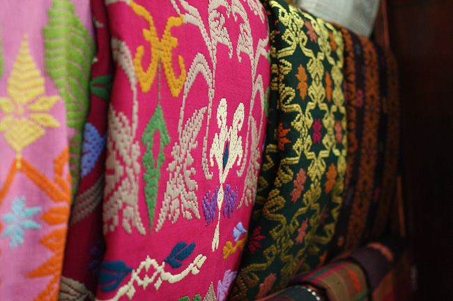 Bali textiles http://www.goldenfingers.info/balinese-arts-crafts/