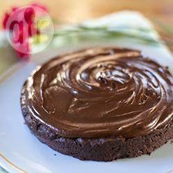Eenvoudige (glutenvrije) chocoladecake zonder meel. Met topping van ganache echt goddelijk!