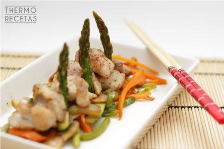 Pollo oriental con bastones vegetales salteados