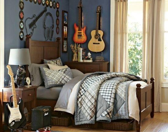 Schlafzimmer Holzbett Gitarre-an der Wand