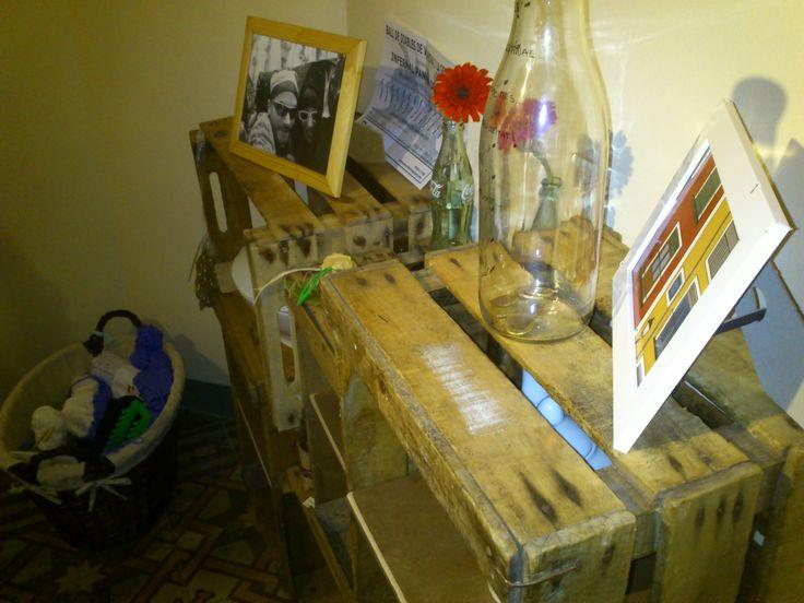 Estanteria de caixes de fusta, de Fil Parranda, a Quotidiart. http://quotidiart.blogspot.com.es/2013/11/estanteria-fil-parranda.html