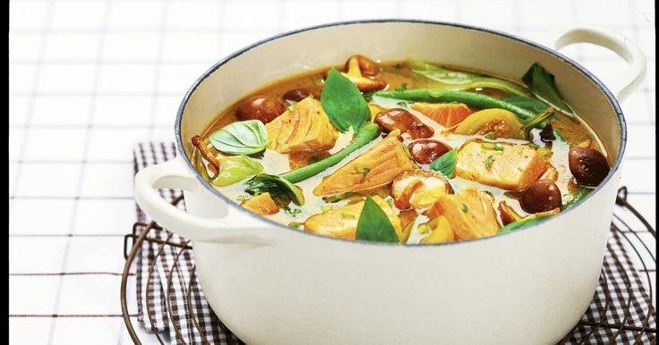 Hacher les aubergines et les bettes en petits morceaux. Puis faire frire la pâte de curry dans un peu d'huile dansune grande casserole. Ajouter la citronnelle, les feuilles de chaux et l'aubergineet verser sur le lait de coco et le stock de po...
