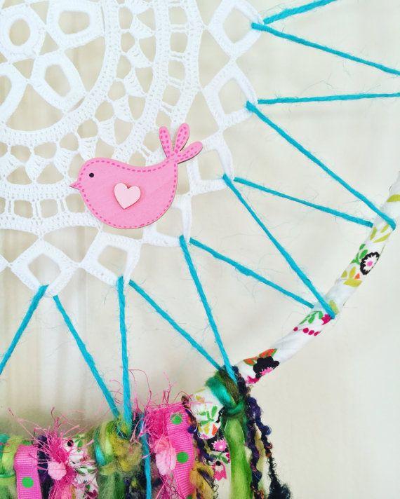 Fabriqués à la main style vintage «Boho Dreamcatcher» mettant en vedette recyclé au crochet napperon, étrange en forme de bague en métal, fils de laine, laine pompon, rubans, ficelle, perles en bois, plumes et un attachement de l'oiseau en bois.  * Hoop - 34cm (diamètre) * Longueur - 90cm (du haut du cerceau au bas de brins)  Cette conception unique et unique en son genre Dreamcatcher sera superbe suspendre contre un mur ou à un crochet au plafond.  Un Attrapeur de grandes sœurs de rêve…