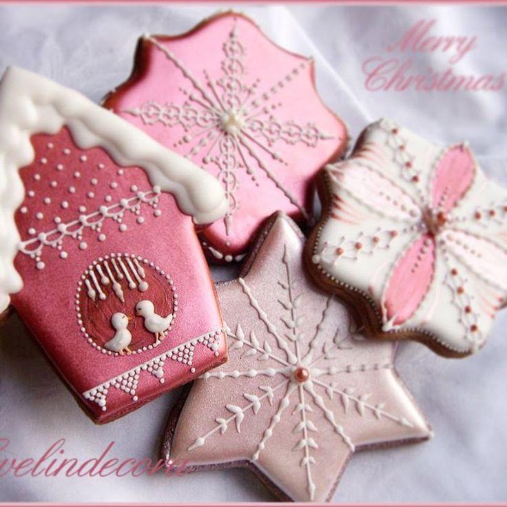 Christmas cookies.......again!   #evelindecora #christmascookie #xmascookies #lusterdust #cookieart #cookielove #cookielover #cookiesofinstagram #instacookies #biscottidecorati #biscottidinatale #natale2015 #christmastreats #giftideas #milano #birdhouse #icingcookies #ghiacciareale #decoratedcookies #decoratingcookies #cookiedecorating #sugarcookie