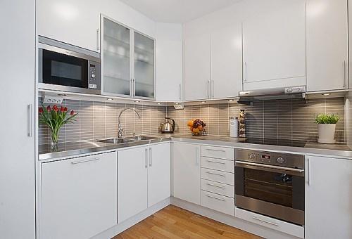 white kitchen, grey tile backsplash
