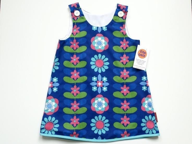 Dit jurkje heb ik gemaakt van nog nieuwe retro stof. Het jurkje is helemaal gevoerd en sluit met 2 knoopjes op de schouders.    *maat 98 / 3jaar*    l