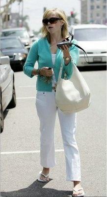 Reese Witherspoon de havaianas top branca  Laura Jean Reese Witherspoon (Baton Rouge, 22 de março de 1976) é uma atriz estadunidense vencedora do Oscar, conhecida principalmente por sua atuação em Legally Blonde (Legalmente Loira).