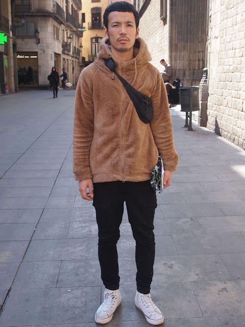 Look hombre con sudadera con capucha+Riñonera llevada como ...
