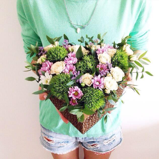 Пышная коробочка для самой любимой, заполненная свежайшими цветами! Такой подарок удивляет, умиляет и очень радует) Вызывает улыбку :)