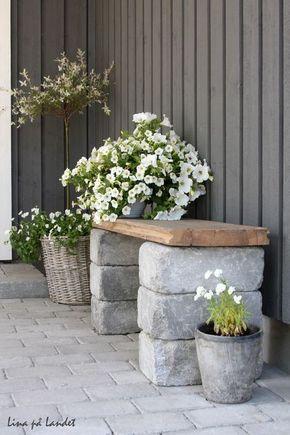 en charmig och enkel sittbnk vid entrn tillverkad av en gammal golvplanka och ett par murstenar - Ideen Fr Kleine Hinterhfe Mit Hunden