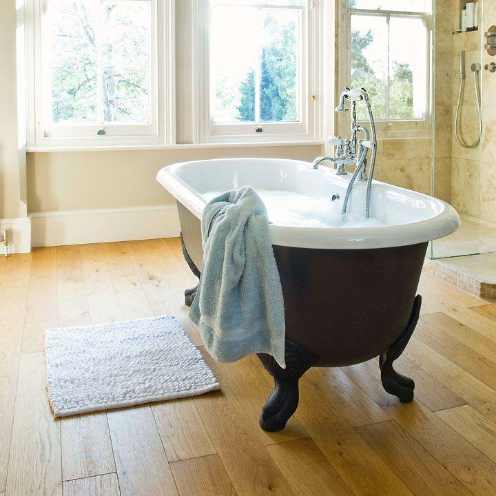 Vous souhaitez succomber au charme de la baignoire en fonte émaillée mais n'êtes pas encore tout à fait sûr d'y mettre le prix. Voici les pour et le contre.