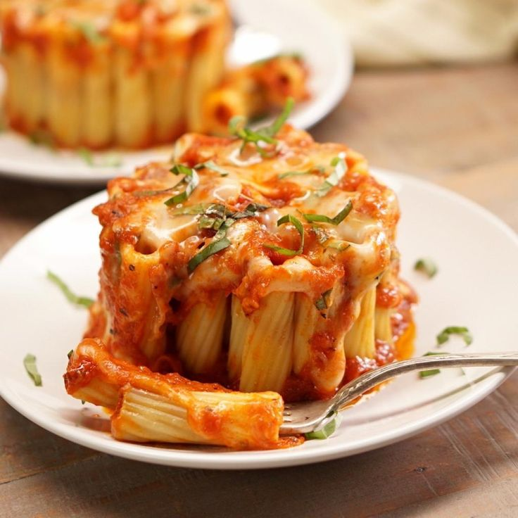 Elle ajoute des pâtes dans une grande tasse! On imagine un repas de célibataire… En fait, ses invités sont très impressionnés!