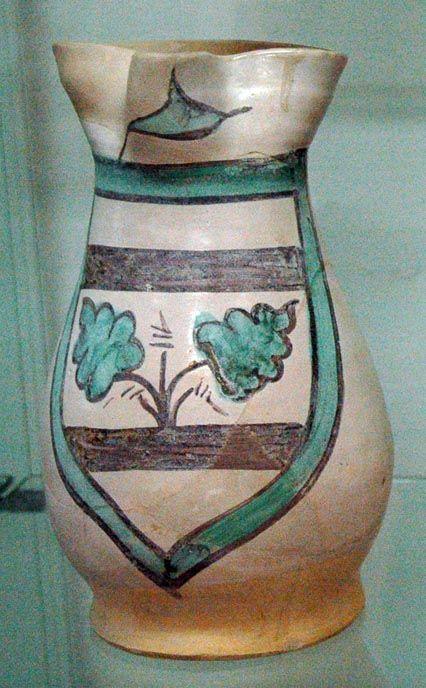 Boccale trilobato/Maiolica arcaica trecentesca decorata con stemma familiare/diam 13, alt 24,5 cm/Provenienza area della Torre d'Acuto