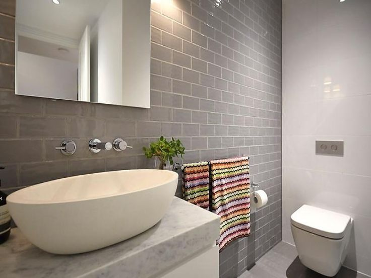 grey and white bathroom//