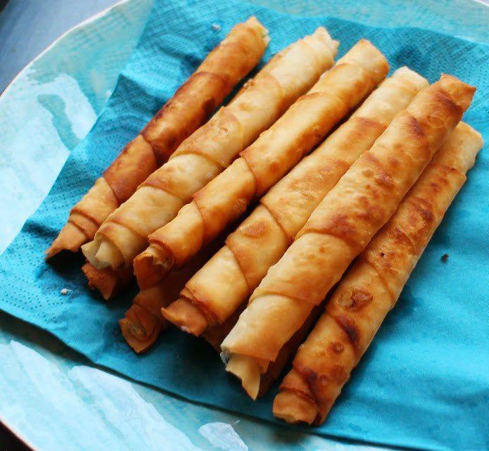 Сигара бёрек— это знаменитые турецкие пирожки, скрученные в трубочки. По форме они напоминают кубинские сигары, оттуда и название. Диаметр пирожков не должен превышать 2 см. Настоящие сигара бёрек готовятся из теста Фило (Filo) с соленым творогом, брынзой или мясом, последние менее популярны. У нас тесто Фило купить трудно,%2