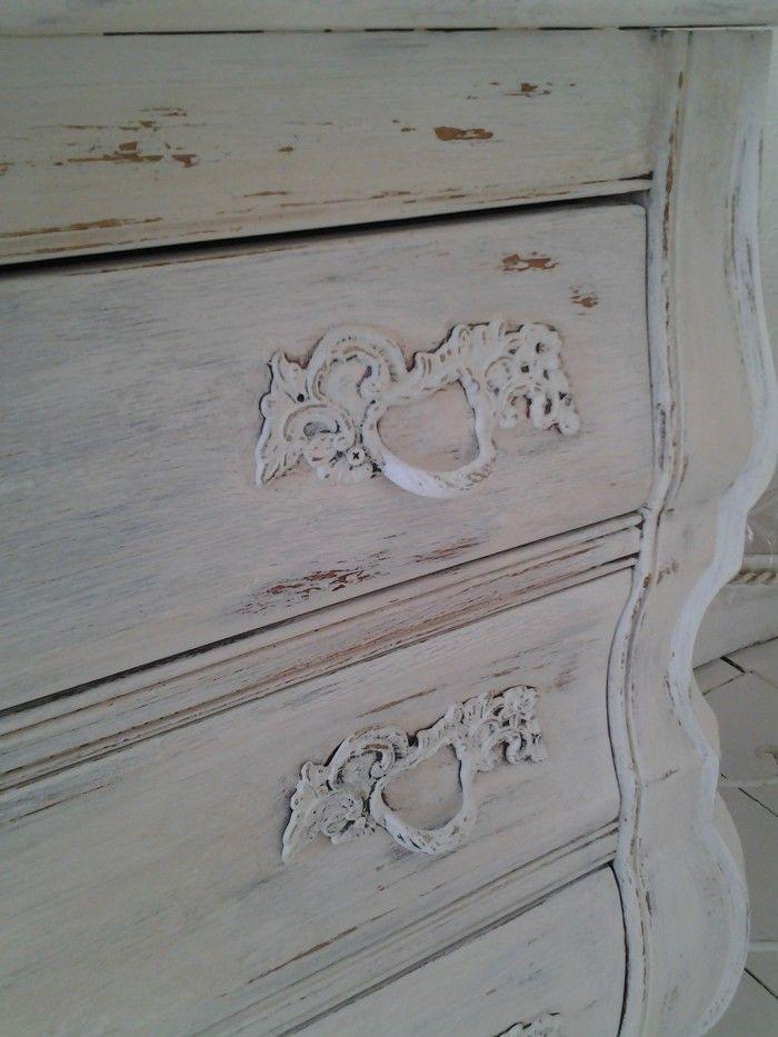Meubels een brocante look geven. Wrijf flink met n waxinenlichtje,zonder lontje,over de delen van het hout die je oud wilt laten lijken. Schilder je object,laat de verf drogen. Wanneer de verf droog is wrijf je met een schone doek de verf op de kaarsvet delen er zo af. Zonder schuren een oude look.
