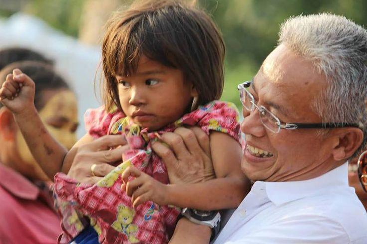 Foto jurnalistik ini diabadikan sahabat TRS (Teddy Robinson Siahaan) di Pematang Siantar, Sumatera Utara saat belia mengunjungi para pemulung di Tanjung Pinggir http://www.teddysiahaan.com