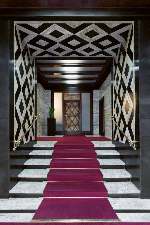 1937, архитектор Джузеппе Роберто Мартинеги. Пол: каррарский мрамор; стены: черный известняк и калакаттский мрамор.