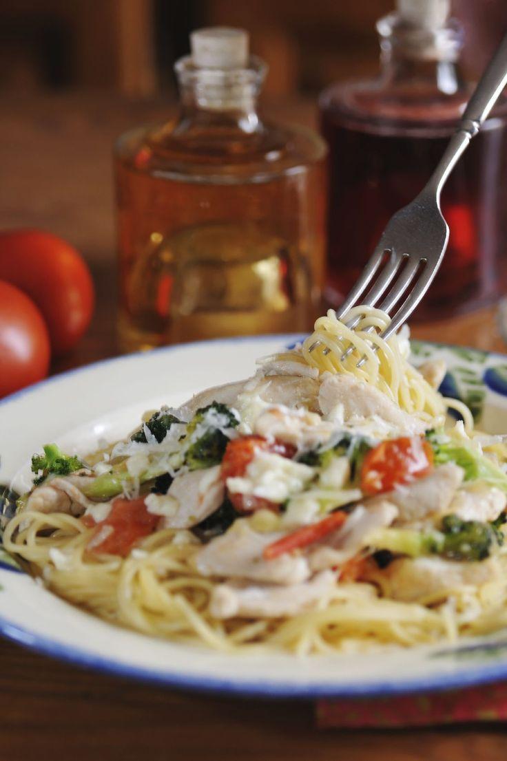 Spaghetti met mozzarella, spekjes, tomaat, pijnboompitten en basilicum