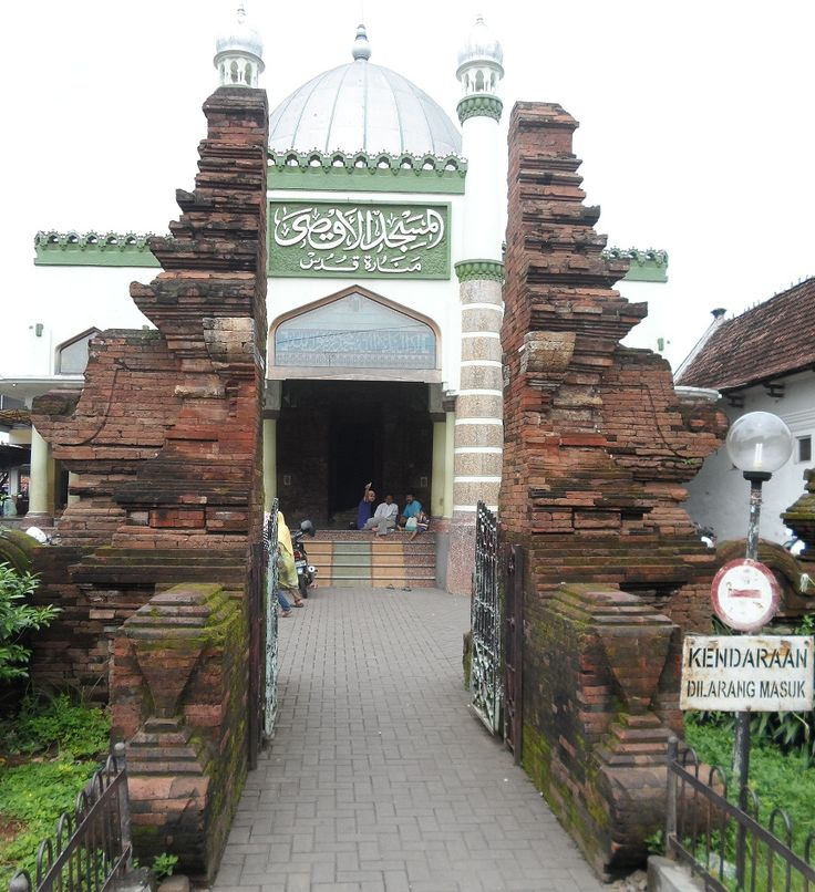 The Masjid Menara Kudus or Al-Aqsha Mosque is located in the Indonesian province of Central Java. Dating from 1549, it is one of the oldest mosque in Indonesia