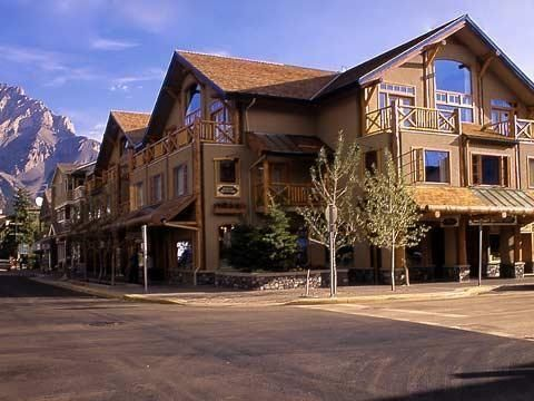 Located in the center of downtown Banff, this lodge is one block from Banff Avenue