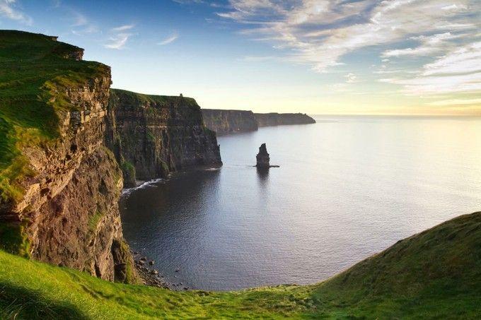 アイルランド中でも壮観な眺めの「モハーの断崖(The Cliffs of Moher)」。珍しい動植物も多く生息しているそう。