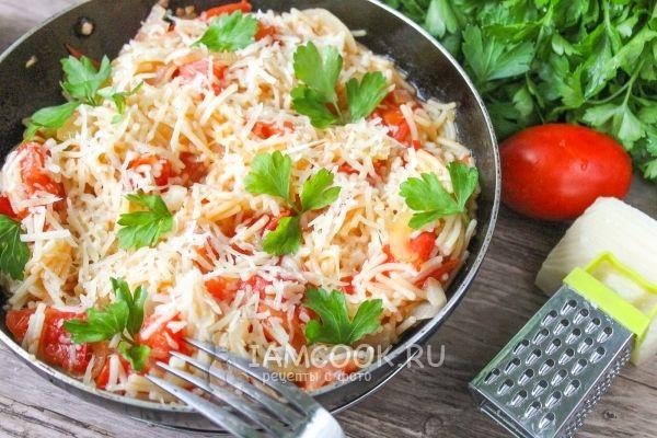 Макароны с помидорами и сыром