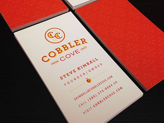 Litt mindre streng (pga flere farger, og buet logo). Legg merke til informasjonshierarkiet i teksten. Kontrast kan også skapes ved hjelp av ulik sperring, slik det er gjort her. Cobbler Cove Business Cards | Business Cards | The Design Inspiration