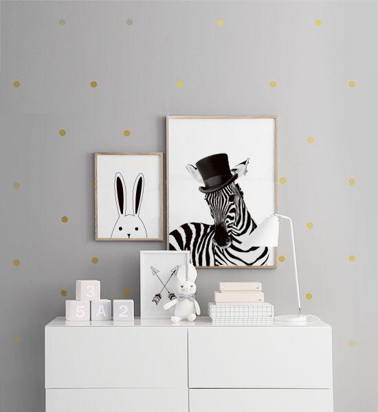 Tavelvägg ovanför byrå i barnrum. Snygga tavlor för barn med djur. Zebra och kanin. Söt inredning till barnrum. Fina klossar med siffror och bokstäver. Desenio.com
