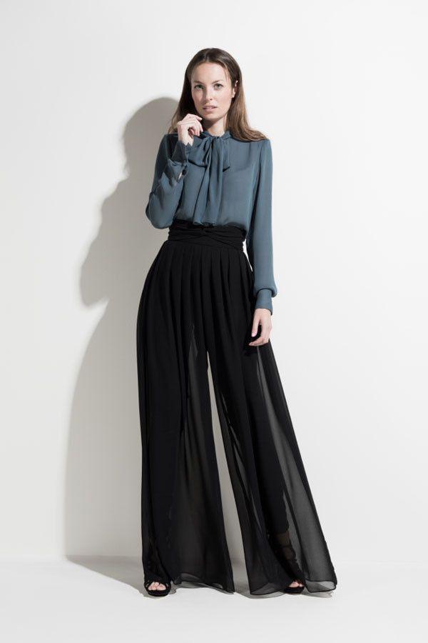 Los pantalones palazzo son femeninos, sofisticados y muy cómodos. Al ser amplios parece que llevas una falda larga. Combínalos con un top ajustado, top lencero o con una blusa, pero siempre por dentro, para que se deje ver la cintura marcada.