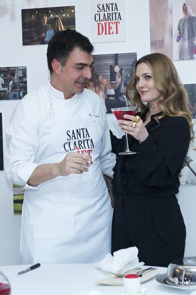 Drew Barrymore Photos Photos - Spanish chef Ramon Freixa and actress Drew Barrymore attend 'Santa Clarita Diet' photocall at the Netflix office on January 19, 2017 in Madrid, Spain. - 'Santa Clarita Diet' Madrid Photocall