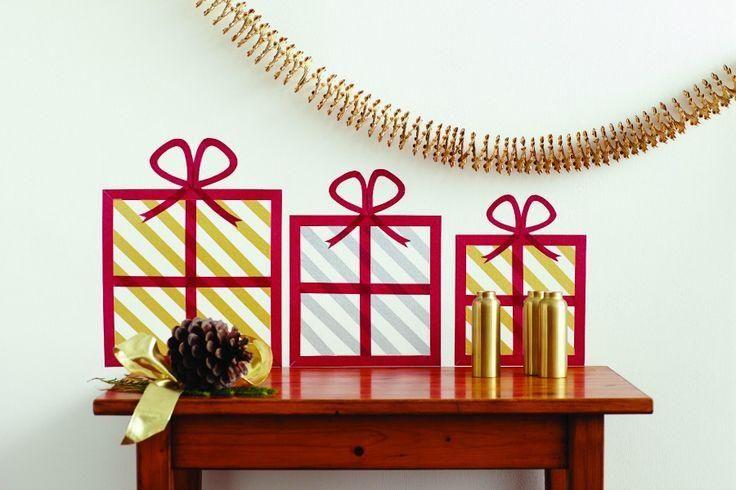 12月24日が近づき、お部屋の中全体をクリスマス一色にデコしたい!そんな時は、100円ショップで売っているマスキングテープにおまかせ♪赤や緑、トナカイ柄といったクリスマス限定の可愛い柄がたくさんそろっていますよ。そのマステを使って、クリスマスツリーやリース、オーナメントやプレゼントのラッピングにまで、幅広く活用しましょう♪フラットデザインが可愛いマステデコで、安く簡単にクリスマスの準備を始めよう☆ | ページ1