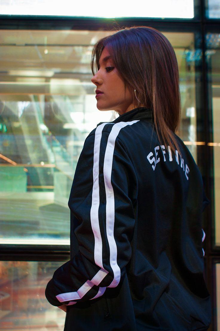 """Uno tiene en sus manos el color de su día... Rutina o Estallido"". (Mario Benedetti) - Sudadera Retro Stripes Fotografía: @samuel.zesm  www.sefinhe.com  #sefinhe #sefinheclothes #sfnh #clothes #urban #schoold #marcaderopaespañola #ropaurbana #sudadera #modaunisex #viejaescuela #streetclothing #urbanwear #like #followme #trendy #fashion #streetculture #style #photography #bestphoto #onlineshop #brand #girlphotography #girl #retrostripes #chaquetarayas #ropaycomplementos #moda #chaqueta"