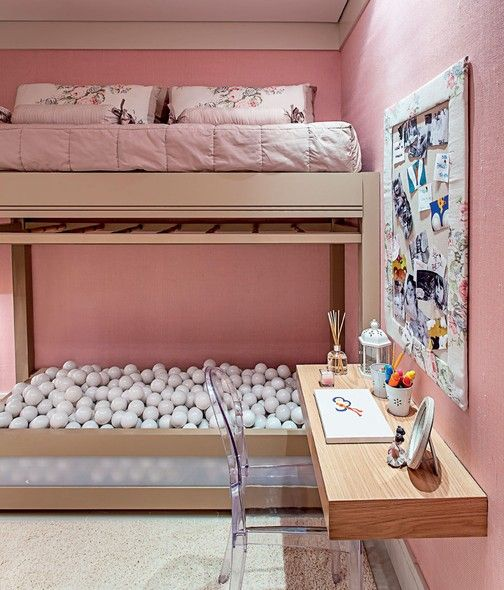 Neste quarto de 12 m², decorado para uma menina de 5 anos de Belém (PA), a arquiteta Maithiá Guedes quis trazer a brincadeira para baixo da cama - literalmente! Para isso, a cama foi suspensa e, embaixo, a arquiteta instalou uma piscina de bolinhas