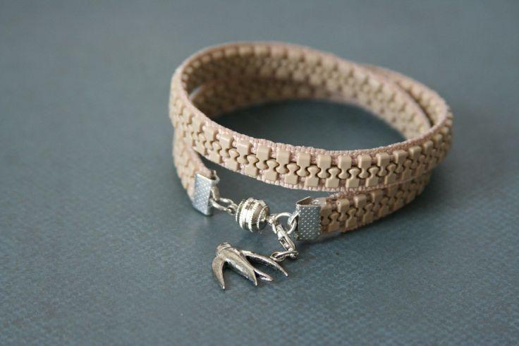 Vogel Charm Wrap Armband Zipper Schmuck - gemacht mit Bräune Reißverschluß von AngleAh auf Etsy https://www.etsy.com/de/listing/251736255/vogel-charm-wrap-armband-zipper-schmuck