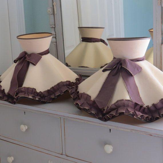 Vintage lampe froissé tons paire de deux Retro Beige doré clair avec des cravates de ruban brun chocolat, garniture et l'Accent volants forme des années 1940
