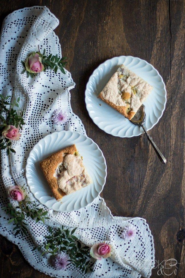 Rhabarber Blechkuchen mit Mandelbaiser - LECKER&Co | Foodblog aus Nürnberg