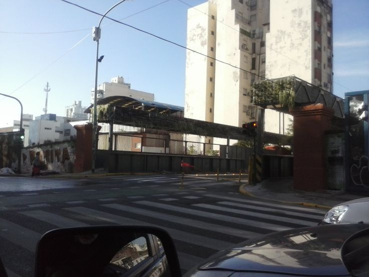 """Los """"Jardines Colgantes de Mauricio"""", aunque parezca increible estas estructuras son consideradas como """"superficie absorbente"""" por el GCBA. Billinghurst sobre vías del FFCC Sarmiento - CABA - Argentina"""