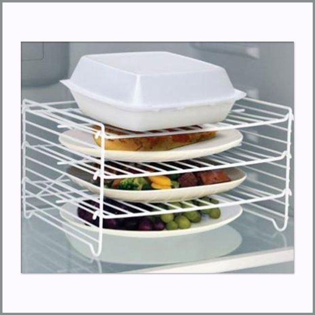 Découvrez cette étagère 3 niveaux pour réfrigirateur et optimisez l'espace de votre frigidaire en utilisant les 3 grilles pour stocker des repas préparés à l'avance, des restes de nourriture ou encore de la charcuterie. Cette étagère 3 niveaux dispose de trois grilles ajustables qui s'adaptent à différentes hauteurs d'assiettes, bols et autres contenants.