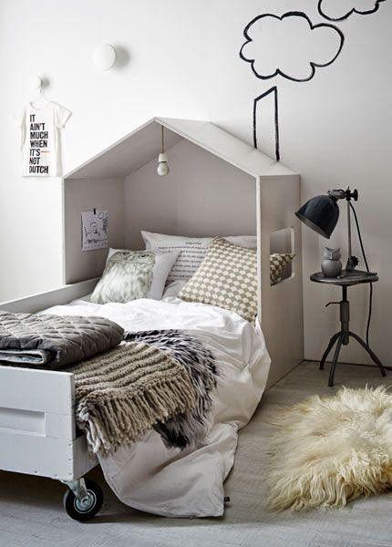 Der er en del inspiration at hente i det her billede. For det første er vi ret vilde med selv-byg-sengen – eller det vil sige, det er huset omkring sengen, der er selv-byg. Ganske enkelt at lave selv.