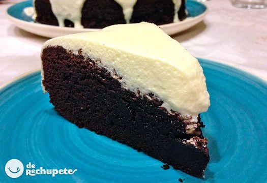 Guinness Stout Chocolate Cake. Una tarta que engaña, suave, que no sabe para nada a cerveza, esta aporta una textura densa y húmeda al pastel, así como un realce del sabor a chocolate absoluto.